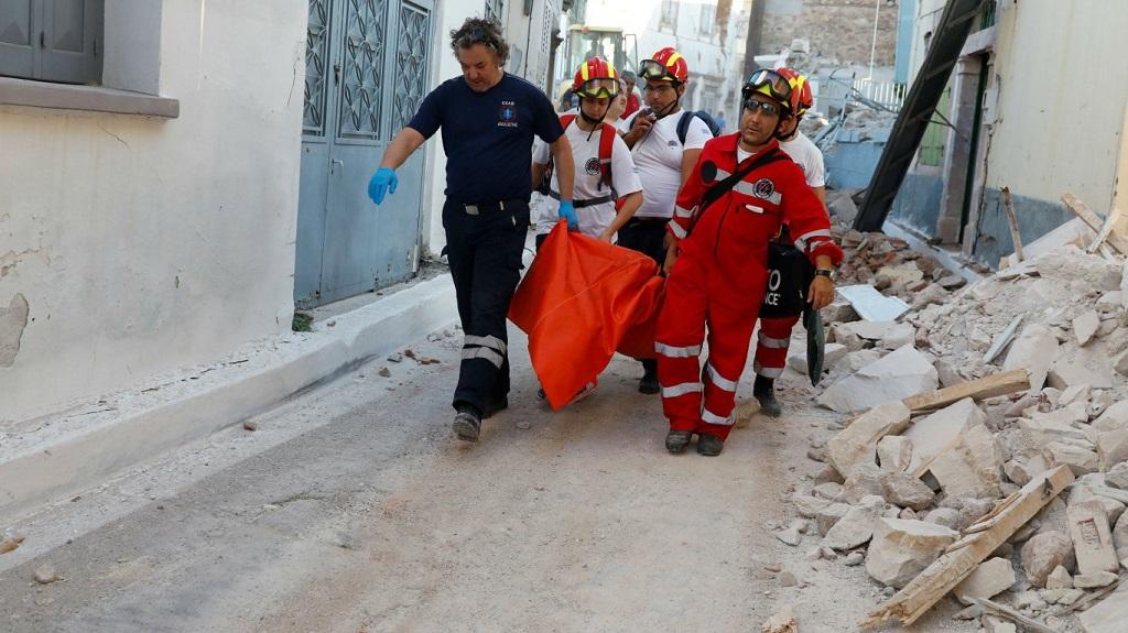 спасатели несут тело