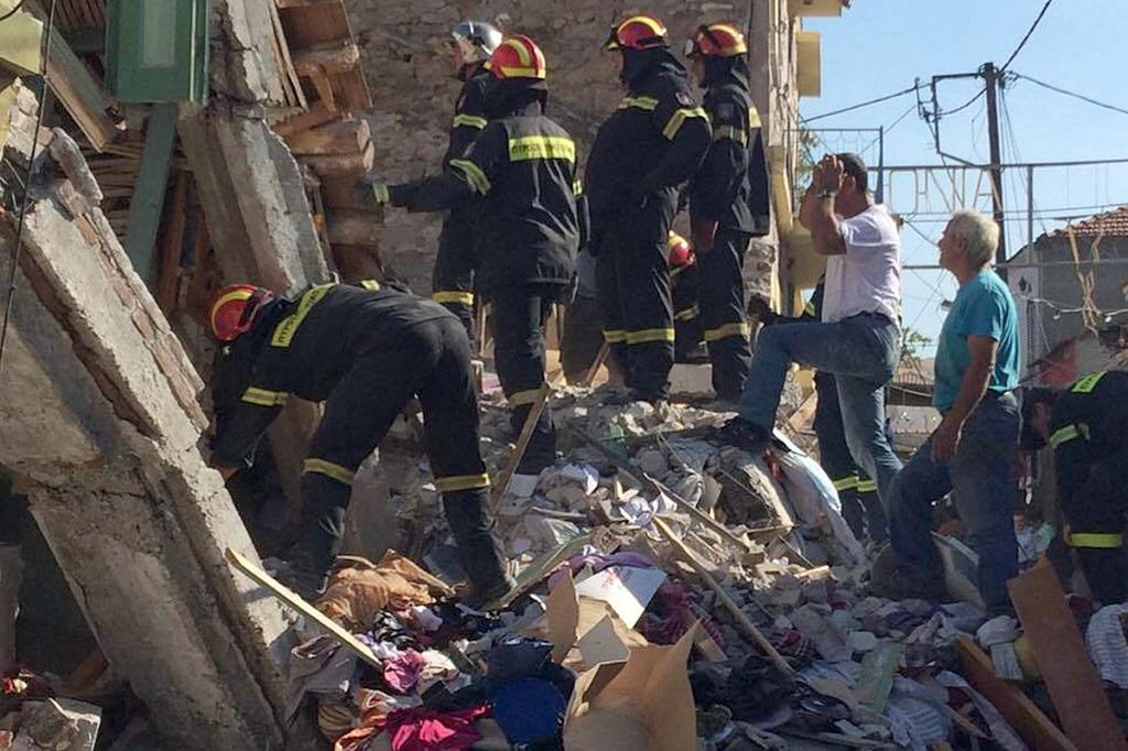 спасатели разгребают завалы