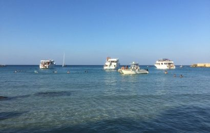 Трагедия на Кипре: Туристический катер врезался в скалы. Один человек погиб.