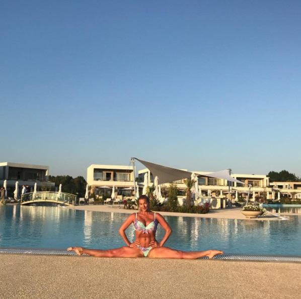 Анастасия Волочкова шпагат у бассейна