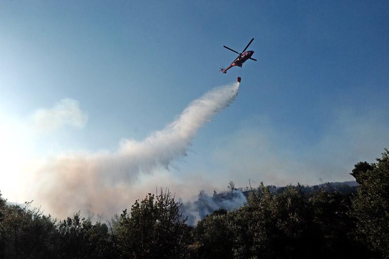 пожар вертолет сбрасывает воду