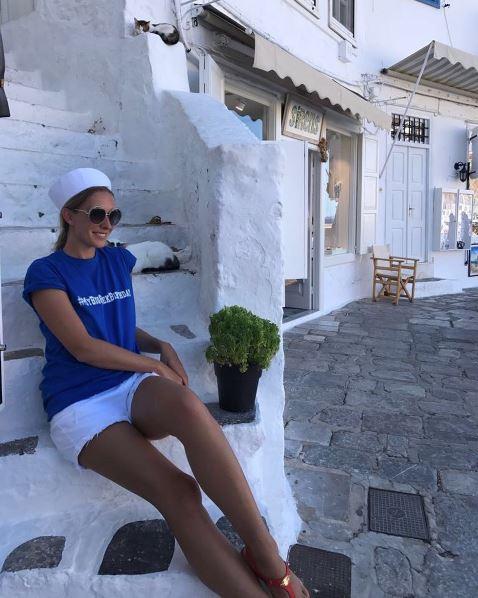 Катя Осадчая сидит