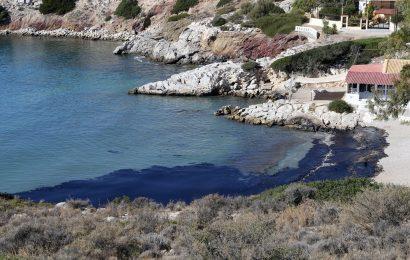 Не удается ликвидировать нефтяное пятно от затонувшего танкера.