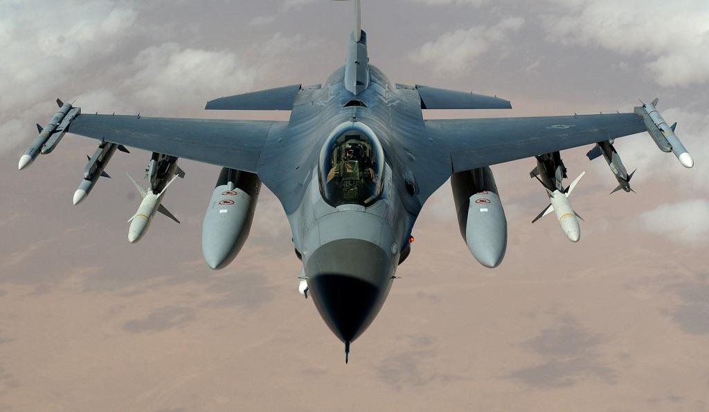 самолет f-16 с ракетами и бомбами