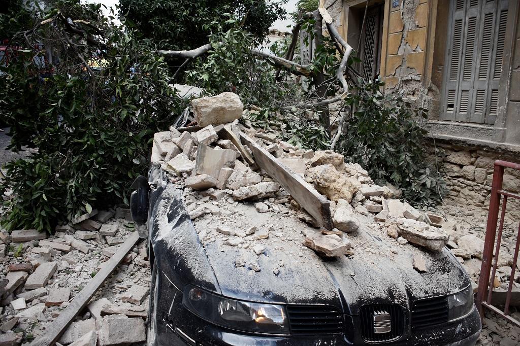 упал дом на автомобиль пирей греция