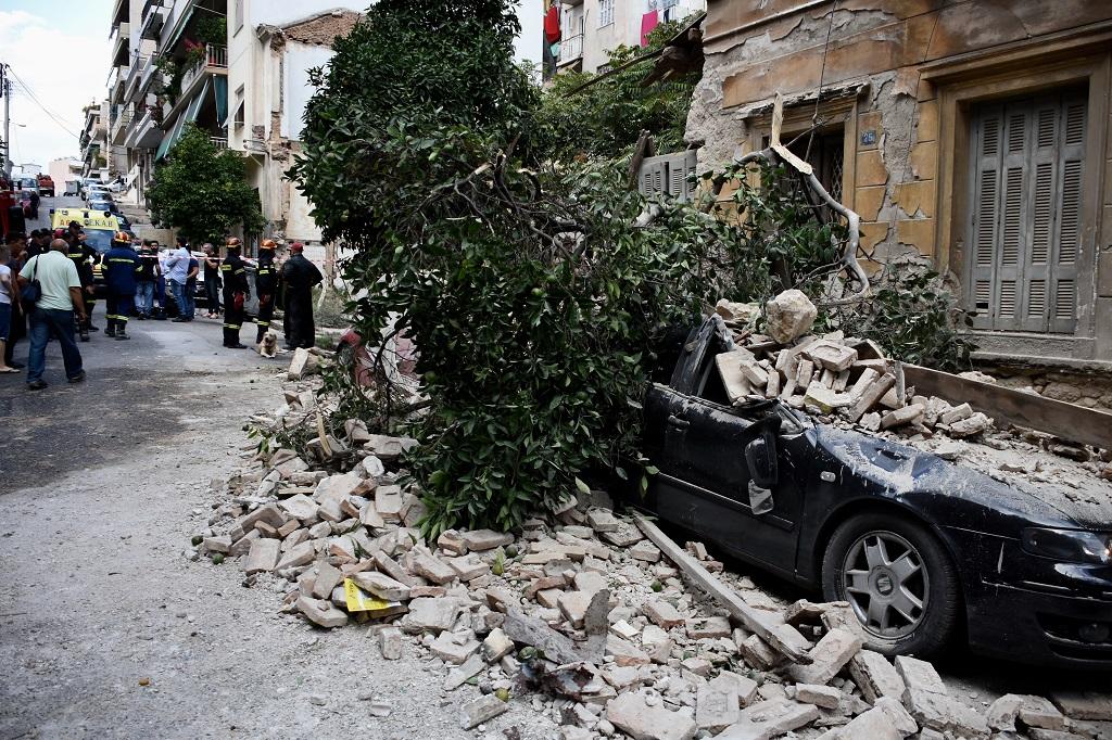 обрушение старого дома пирей дерево