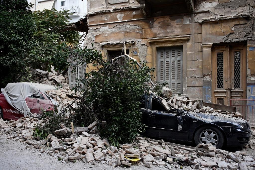 упал дом пирей дерево камни
