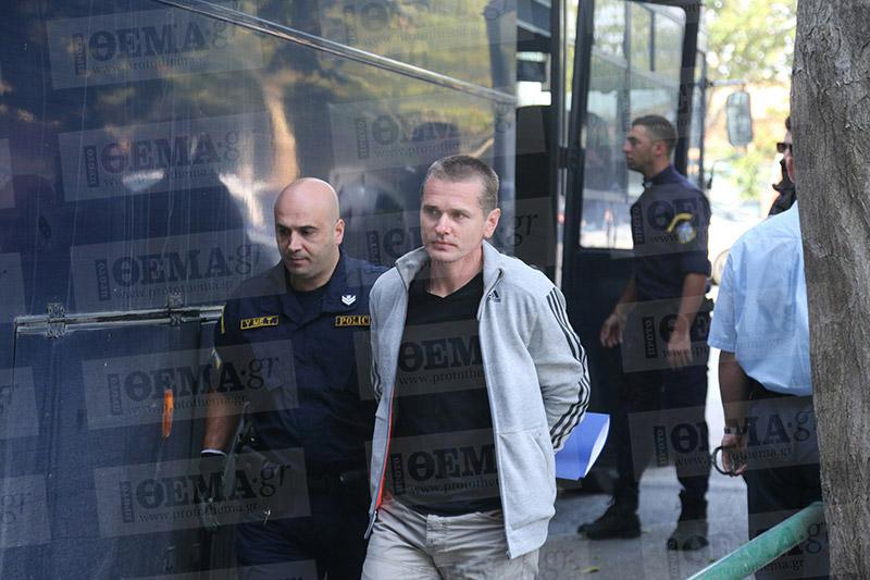 винник арестованного выводят из автобуса