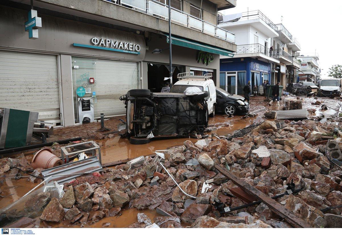 перевернуты автомобили, грязь от наводнения в греции