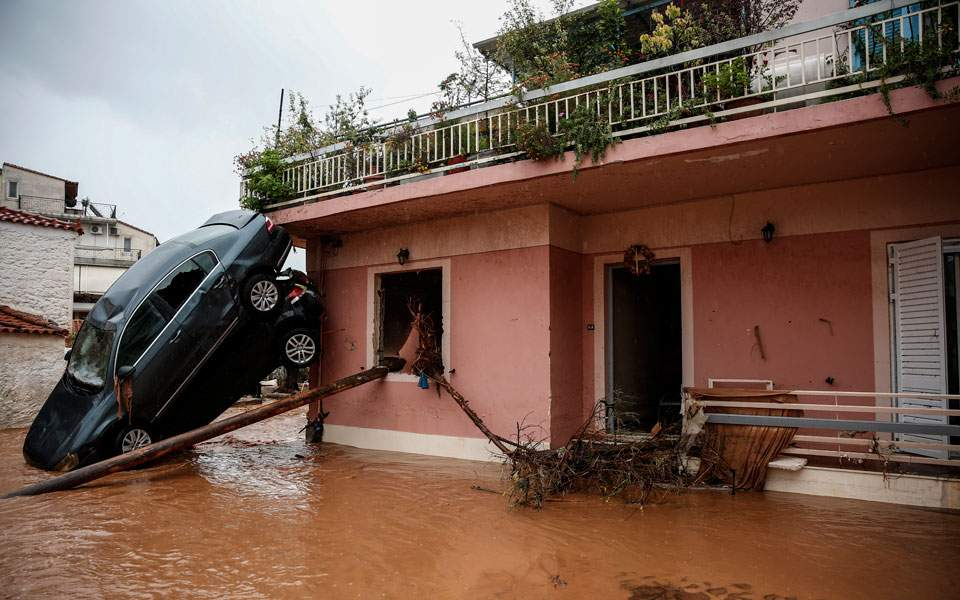 наводнение, автомобили на стене, греция