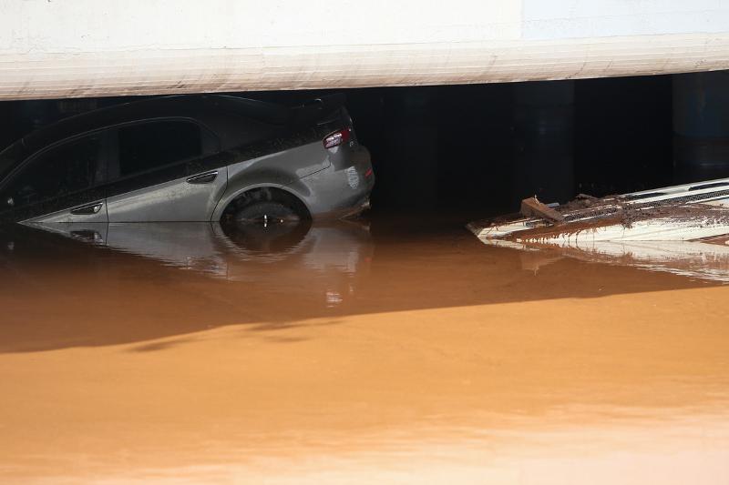 наводнение, автомобиль под мостом в греции