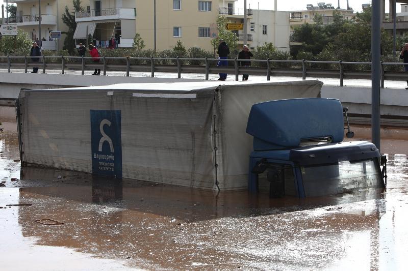 наводнение фура в воде