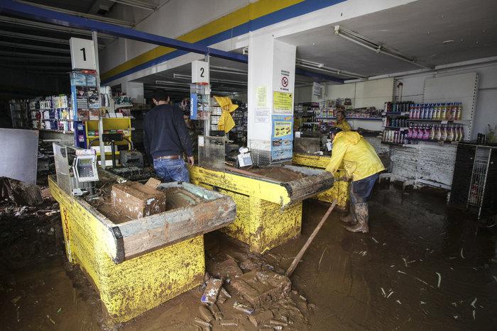 супермаркет после наводнения в греции