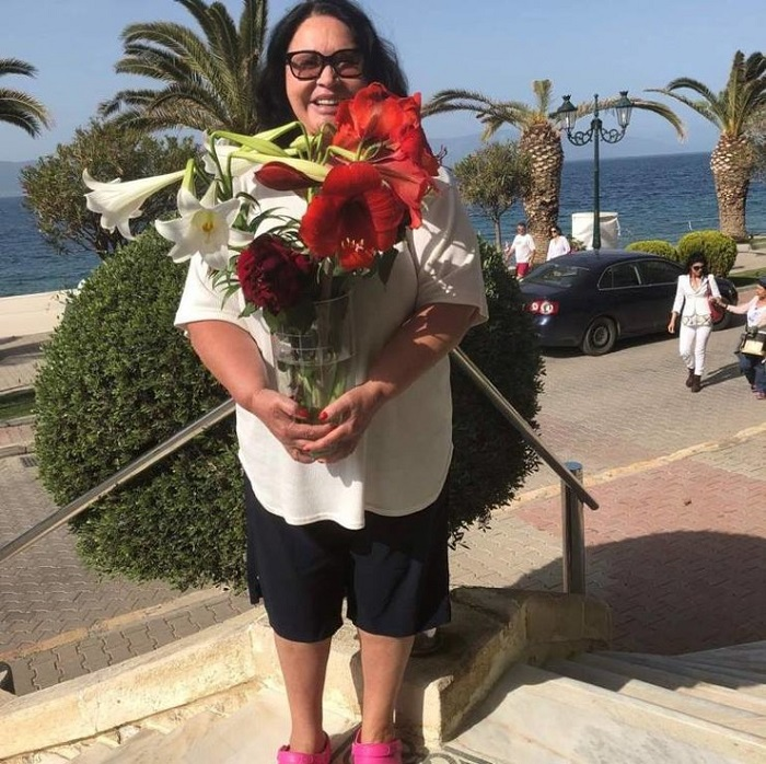 бабкина с цветами в греции