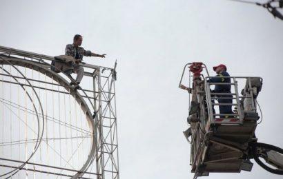 Неизвестный мужчина планирует совершить самоубийство на площади Омония